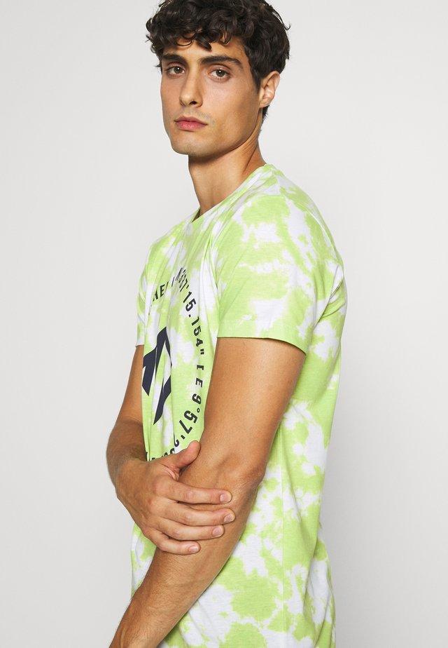 BATIK ALLOVERPRINT - T-shirts med print - neon green/ white