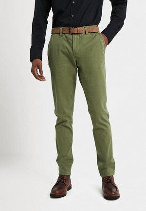 SLIM CHINO WITH BELT - Chino kalhoty - cedar green