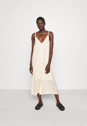 SVINTEN CHECK DRESS - Robe d'été - light camel