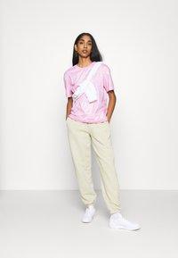 Nike Sportswear - TEE ICON CLASH - T-shirt imprimé - arctic pink - 1
