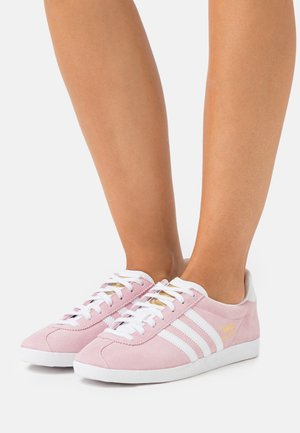 GAZELLE SPORTS INSPIRED SHOES - Sneaker low - clear pink/footwr white/gold metallic
