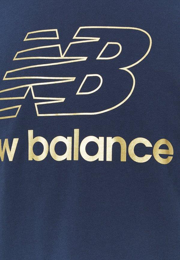 New Balance ATHLETICS PODIUM - T-shirt z nadrukiem - dark blue/granatowy Odzież Męska NGEF