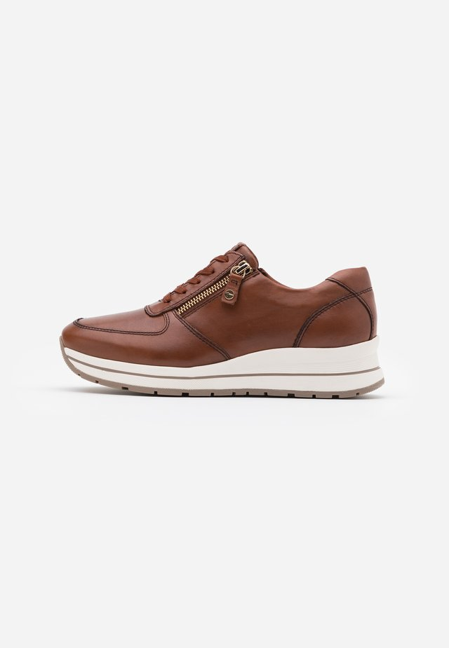 LACE UP - Matalavartiset tennarit - chestnut
