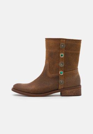 OXALIS VINTAGE BORCHIE - Cowboy/biker ankle boot - brown