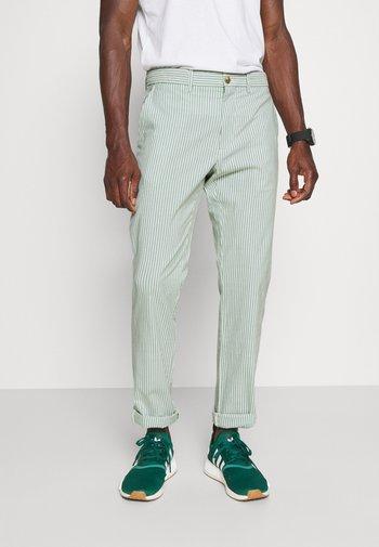 DENTON DOBBY STRIPE - Kangashousut - glazed green