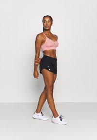 Nike Performance - TEMPO HI-CUT - Pantalón corto de deporte - black/black/reflective silver - 1