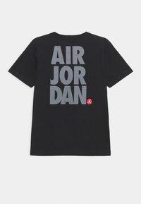 Jordan - JUMPMAN STACK CLASSIC TEE UNISEX - Print T-shirt - black - 1