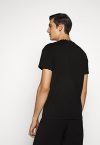EA7 Emporio Armani - TEE COLLAR LOGO  - Print T-shirt - black - 2
