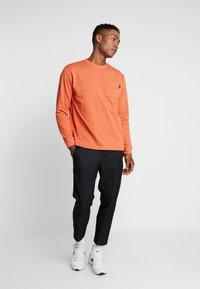 Mennace - ESSENTIAL SIGNATURE POCKET  - Long sleeved top - orange - 1