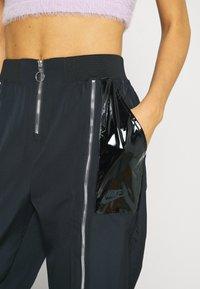 Nike Sportswear - Pantalones deportivos - black/dark smoke grey - 4