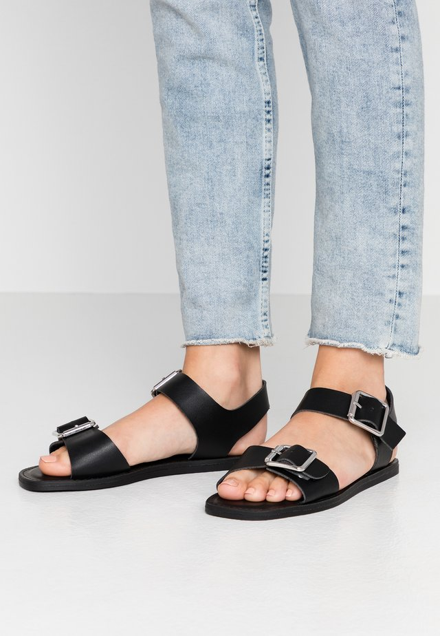 WIDE FIT HUCKLE - Sandalen - black