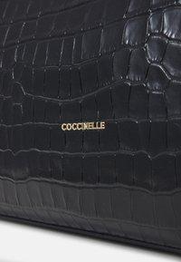 Coccinelle - Taška spříčným popruhem - noir - 5