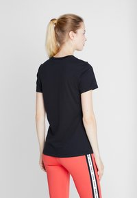 Nike Performance - DRY TEE CREW - T-shirt z nadrukiem - black/white