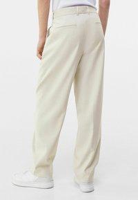 Bershka - WIDE FIT - Trousers - sand - 2
