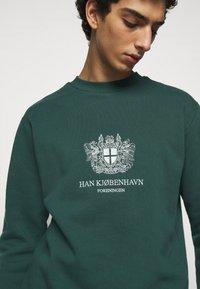 Han Kjøbenhavn - ARTWORK CREW - Sweatshirt - faded green with han - 5