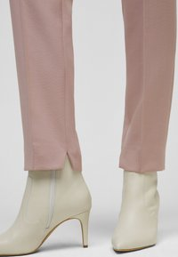 s.Oliver BLACK LABEL - Trousers - old rose - 3