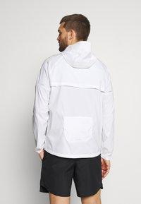 Nike Performance - WINDRUNNER - Chaqueta de deporte - white/silver - 2