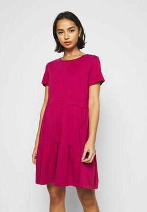 TIERD - Vestido ligero - ruby pink