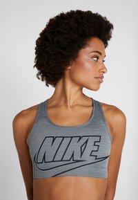 Nike Performance - FUTURA BRA - Sujetadores deportivos con sujeción media - smoke grey/pure/black - 3