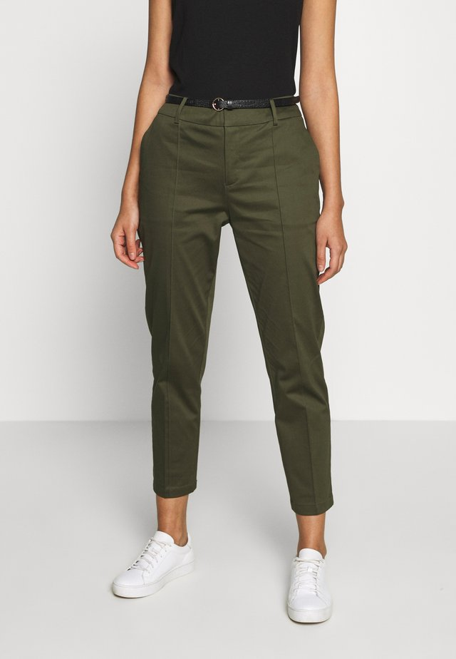 REGULAR FIT WITH STITCHED PLEAT - Pantalones chinos - military