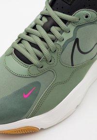 Nike Sportswear - SKYVE MAX UNISEX - Sneakers - spiral sage/black/sail/light brown/pink blast - 5