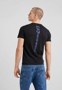 EA7 Emporio Armani - T-shirt z nadrukiem - black - 2