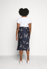 CAPSULE by Simply Be - FEATHER PRINT COLUMN MIDI SKIRT - Pencil skirt - navy - 2