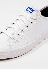 Keds - KICKSTART LEATHER - Sneakersy niskie - white/blue - 6