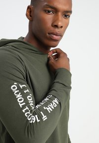 Only & Sons - ONSWF DEAN TEE HOODIE  - Luvtröja - forest night - 4