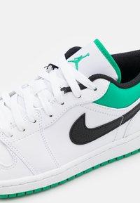 Jordan - AIR 1 - Sneakers laag - white/stadium green/black - 5