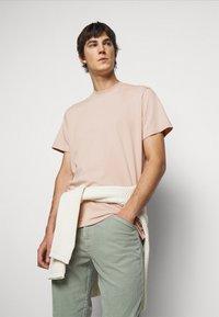 ARKK Copenhagen - BOX LOGO TEE - Basic T-shirt - rose dust - 0