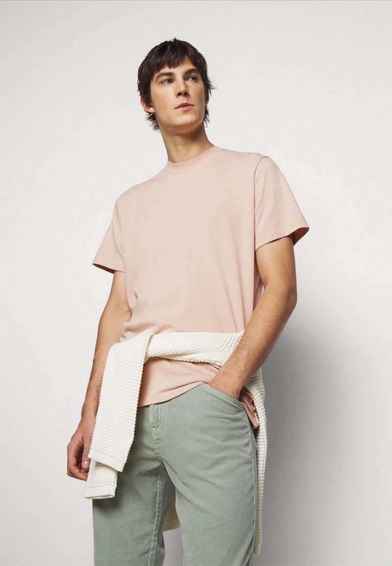 ARKK Copenhagen - BOX LOGO TEE - Basic T-shirt - rose dust