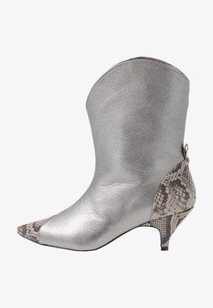 LIKE A DREAM - Cowboy/biker ankle boot - silver