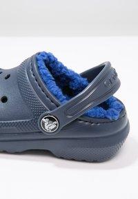 Crocs - CLASSIC LINED - Pantolette flach - navy/cerulean blue - 5