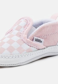 Vans - SLIP-ON V CRIB - Obuwie do raczkowania  - blushing bride/true white