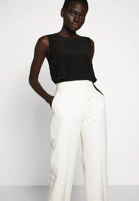 Victoria Victoria Beckham - Spodnie materiałowe - ecru - 3