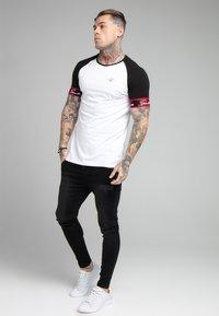 SIKSILK - SCOPE TAPE TECH TEE - Print T-shirt - black/white - 1
