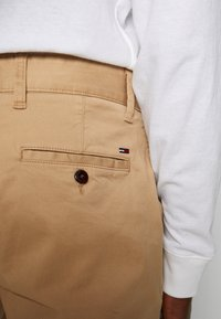 Tommy Jeans - ESSENTIAL - Shorts - tan - 5