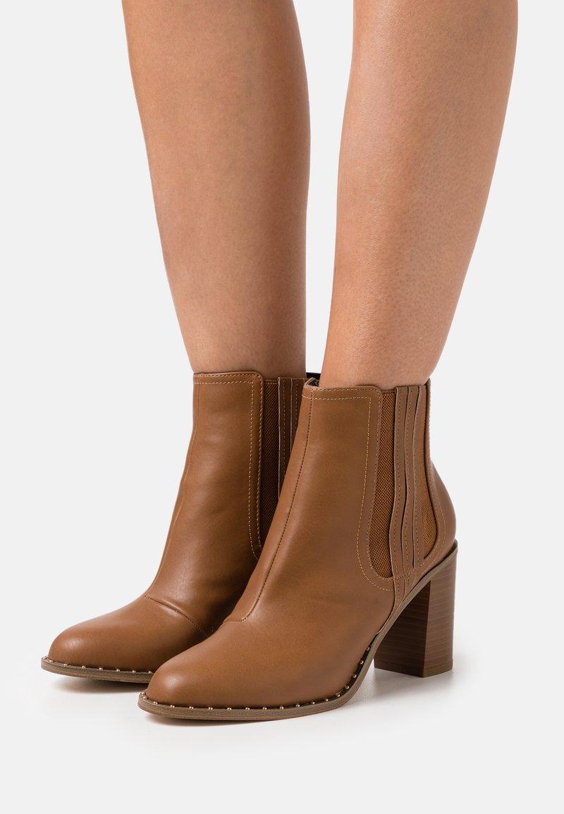 Miss Selfridge - BARE CASUAL HEELED CHELSEA - Kotníková obuv na vysokém podpatku - tan