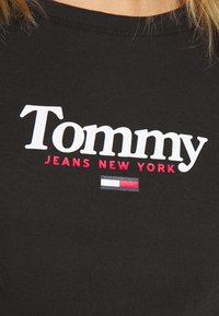 Tommy Jeans - ESSENTIAL LOGO TEE - T-shirt con stampa - black - 5