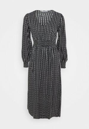 PETITES MONO SHIRRED WAIST V NECK MIDI DRESS - Denní šaty - black