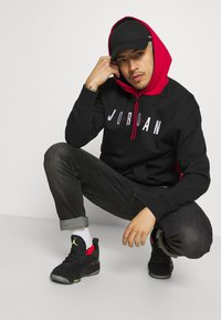 Jordan - JUMPMAN AIR - Sudadera - black/gym red - 4