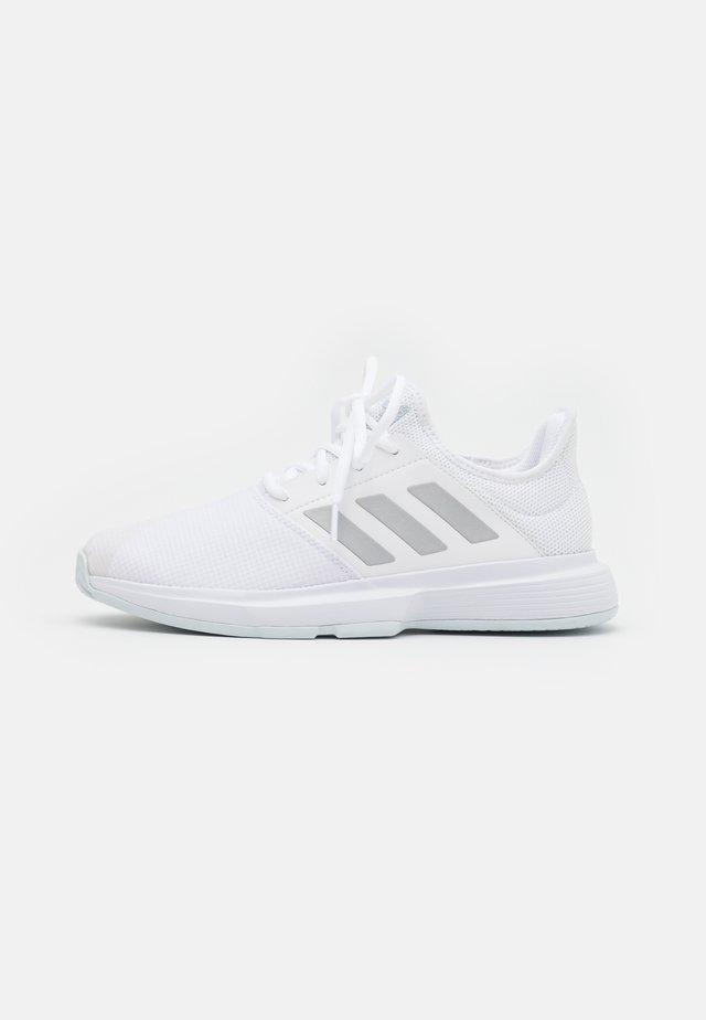 GAMECOURT - Tennisschoenen voor alle ondergronden - footwear white/silver metallic/half blue