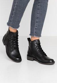 Tamaris - Šněrovací kotníkové boty - black - 0