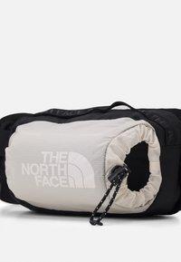 The North Face - BOZER HIP PACK L UNISEX - Bum bag - pink tint/black - 3