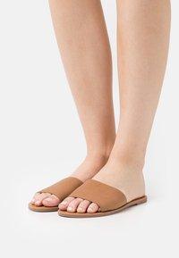 Rubi Shoes by Cotton On - CARRIE MINIMAL SLIDE - Sandaler - tan - 0