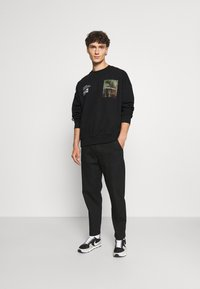 The Couture Club - OVERSIZED CREW WITH OIL-PAINT STYLE ART PRINT - Hoodie - black - 1