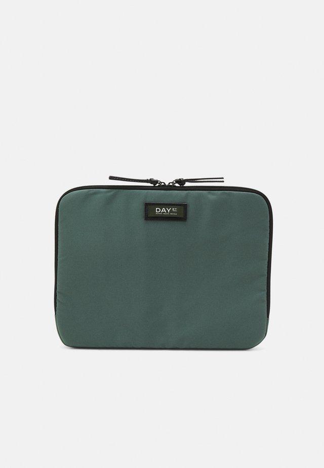 GWENETH FOLDER - Taška na laptop - silver pine