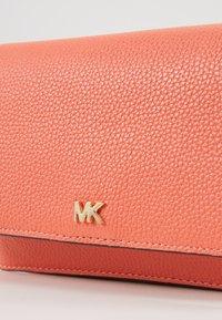 MICHAEL Michael Kors - MOTTPHONE CROSSBODY - Bandolera - pnkgrapfruit - 2
