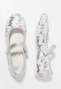 Primigi - Ankle strap ballet pumps - argento/bianco - 0